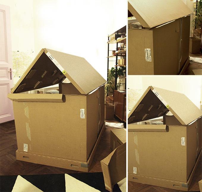Casita de juguete con cajas de mudanza
